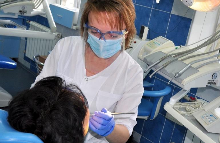 Врач-стоматолог за лечением пациента